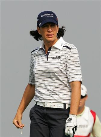INCHEON, SOUTH KOREA - OCTOBER 30:  Juli Inkster of United States in the 6th hole during round one of Hana Bank Kolon Championship at Sky 72 Golf Club on October 30, 2009 in Incheon, South Korea.  (Photo by Chung Sung-Jun/Getty Images)