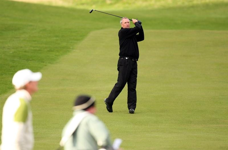 ST. ANDREWS, UNITED KINGDOM - OCTOBER 01:  Dutch football legend Johan Cruyff watched by his playing partner Maarten Lafeber during the final practice round of The Alfred Dunhill Links Championship at The Old Course on October 1, 2008 in St.Andrews, Scotland.  (Photo by Ross Kinnaird/Getty Images)