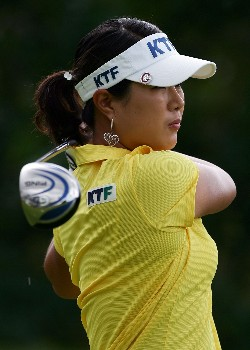 KAPOLEI, HI - FEBRUARY 23:  Meena Lee of South Korea watches her tee shot on the fifth hole during the second round of the Fields Open at Ko Olina Golf Club on February 23, 2007 in Kapolei, Hawaii.  (Photo by Harry How/Getty Images)