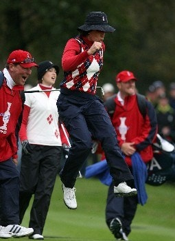 HALMSTAD, SWEDEN - SEPTEMBER 16:  Juli Inkster of The U.S. Team reacts to a missed chip on the 18th hole during the completion of the completion of the afternoon fourball matches of the Soheim Cup at Halmstad Golf Club September 16, 2007 in Halmstad, Sweden.  (Photo by Andy Lyons/Getty Images)