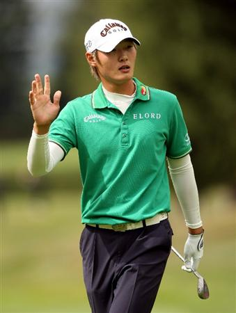 CRANS, SWITZERLAND - SEPTEMBER 04:  Danny Lee of New Zealand waves to the crowd on the ninth hole during the second round of The Omega European Masters at Crans-Sur-Sierre Golf Club on September 4, 2009 in Crans Montana, Switzerland.  (Photo by Andrew Redington/Getty Images)