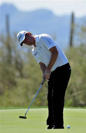 MARANA, AZ - FEBRUARY 27:  Peter Hanson of Sweden putting on the first hole during the third round of Accenture Match Play Championships at Ritz - Carlton Golf Club at Dove Mountain on February 27, 2009 in Marana, Arizona.  (Photo by Stuart Franklin/Getty Images)