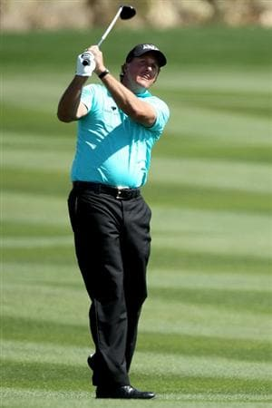 MARANA, AZ - FEBRUARY 23:  Phil Mickelson hits an approach shot on the second hole during the first round of the Accenture Match Play Championship at the Ritz-Carlton Golf Club on February 23, 2011 in Marana, Arizona.  (Photo by Andy Lyons/Getty Images)