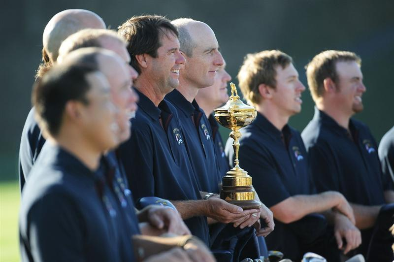 LOUISVILLE, KY - SEPTEMBER 17:  USA team captain Paul Azinger and members of the team pose during the USA team photo shoot prior to the 2008 Ryder Cup at Valhalla Golf Club on September 17, 2008 in Louisville, Kentucky.  (Photo by Harry How/Getty Images)