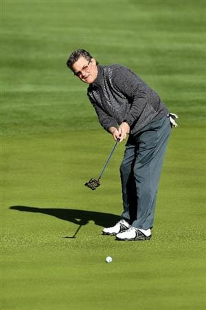 LA QUINTA, CA - JANUARY 20:  Kurt Russell hits a putt on the 12th green during the first round of the Bob Hope Classic at the Silver Rock Resort on January 20, 2010 in La Quinta, California.  (Photo by Jeff Gross/Getty Images)