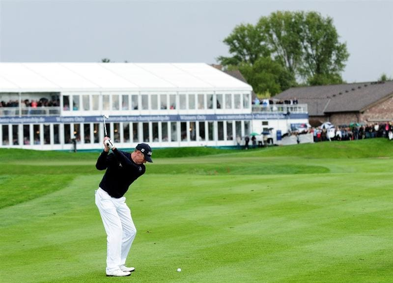 COLOGNE, GERMANY - SEPTEMBER 13:  Anders Hansen of Denmark plays his approach shot on the 18th hole during the playoff against James Kingston of South Africa during the final round of the Mercedes-Benz Championship at the Gut Larchenhof Golf Club on September 13, 2009 in Cologne, Germany.  (Photo by Stuart Franklin/Getty Images)