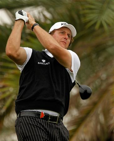 ABU DHABI, UNITED ARAB EMIRATES - JANUARY 21: Phil Mickelson of the USA hits his tee shot on the 18th hole during the second round of the 2011 Abu Dhabi HSBC Golf Championship at the Abu Dhabi Golf Club on January 21, 2011 in Abu Dhabi, United Arab Emirates.  (Photo by Scott Halleran/Getty Images)