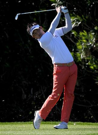 LA QUITNA, CA - JANUARY 24: Ryuji Imada of Japan hits his tee shot on the 15th hole at La Quinta Country Club during the fourth round of the Bob Hope Classic on January 24, 2010 in La Quinta, California. (Photo by Stephen Dunn/Getty Images)