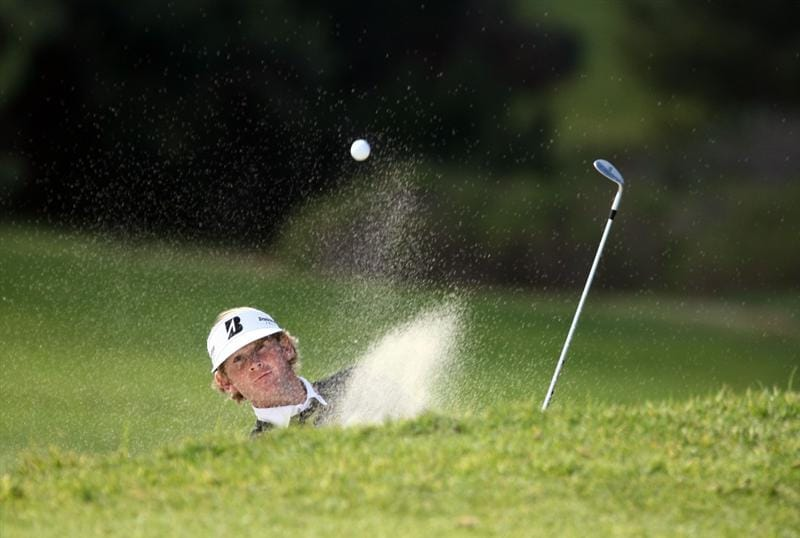 LA JOLLA, CA - FEBRUARY 05:  Brandt Snedeker hits out of a green bunker during the 1st Round of the Buick Invitational at the Torrey Pines North Course on February 5, 2009 in La Jolla, California. (Photo by Donald Miralle/Getty Images)