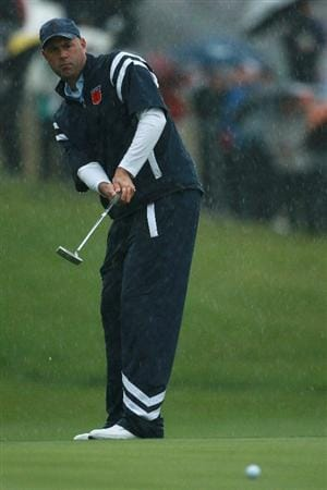 NEWPORT, WALES - OCTOBER 01:  Stewart Cink of the USA putts during the Morning Fourball Matches during the 2010 Ryder Cup at the Celtic Manor Resort on October 1, 2010 in Newport, Wales. (Photo by Andrew Redington/Getty Images)