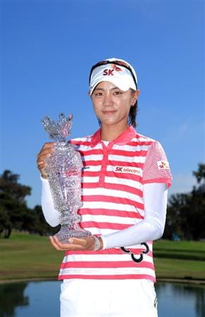 LA JOLLA, CA - SEPTEMBER 20:  Na Yeon Choi of South Korea holds the winners trophy after her -16 under par victory during the final round of the LPGA Samsung World Championship on September 20, 2009 at Torrey Pines Golf Course in La Jolla, California.  (Photo By Donald Miralle/Getty Images)