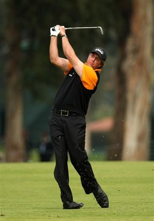 PACIFIC PALISADES, CA - FEBRUARY 21:  Phil Mickelson hits his second shot on the 15th hole during the third round of the Northern Trust Open on February 21, 2009 at Riviera Country Club in Pacific Palisades, California.  (Photo by Stephen Dunn/Getty Images)