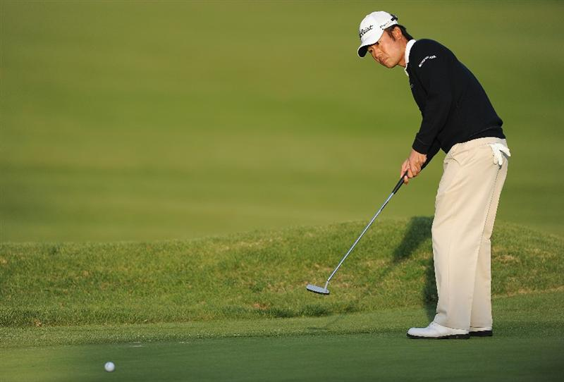 PACIFIC PALISADES, CA - FEBRUARY 17:  Kevin Na putting on the 14th hole during the first round of the Northern Trust Open at Riviera Country Club on February 17, 2011 in Pacific Palisades, California.  (Photo by Stuart Franklin/Getty Images)