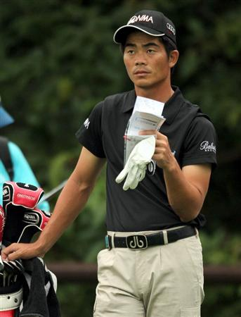 SINGAPORE - NOVEMBER 14: Liang Wen-Chong of China waits for his turn to play on the 8th hole during Final Round of the Barclays Singapore Open held at the Sentosa Golf Club on November 14, 2010 in Singapore, Singapore.  (Photo by Stanley Chou/Getty Images)