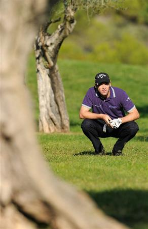CASTELLON DE LA PLANA, SPAIN - OCTOBER 22:  Oliver Wilson of England watches his approach shot on the 17th hole during the second round of the Castello Masters Costa Azahar at the Club de Campo del Mediterraneo on October 22, 2010 in Castellon de la Plana, Spain.  (Photo by Stuart Franklin/Getty Images)