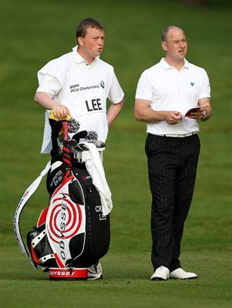 VIRGINIA WATER, ENGLAND - MAY 20:  Craig Lee of Scotland lines up a shot with his caddie during the first round of the BMW PGA Championship on the West Course at Wentworth on May 20, 2010 in Virginia Water, England.  (Photo by Andrew Redington/Getty Images)