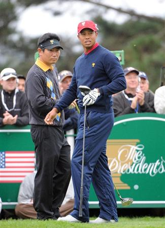 SAN FRANCISCO - OCTOBER 11:  Y. E. Yang of the International Team and Tiger Woods of the USA Team look down the fairway on the 5th tee during the Day Four Singles Matches of The Presidents Cup at Harding Park Golf Course on October 11, 2009 in San Francisco, California.  (Photo by Harry How/Getty Images)
