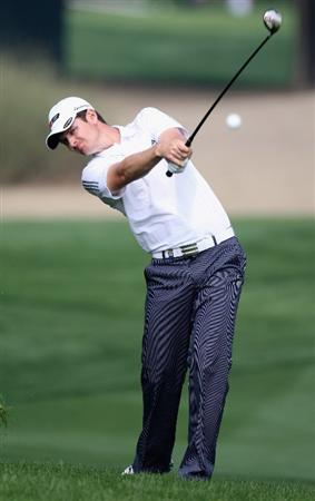 DUBAI, UNITED ARAB EMIRATES - JANUARY 29:  Justin Rose of England plays his second shot on the par five 10th hole during the first round of the Dubai Desert Classic on the Majlis Course on January 29, 2009 in Dubai,United Arab Emirates.  (Photo by Ross Kinnaird/Getty Images)