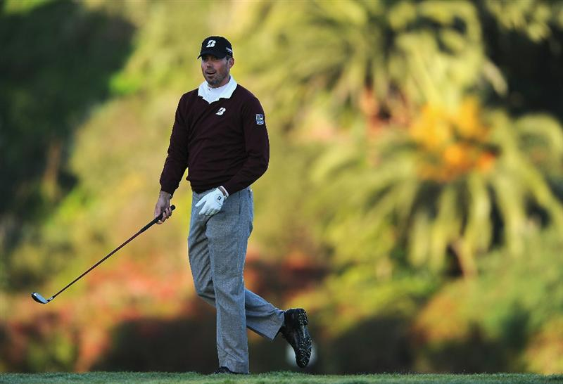 PACIFIC PALISADES, CA - FEBRUARY 17:  Matt Kuchar plays his approach shot on the first hole during the first round of the Northern Trust Open at Riviera Country Club on February 17, 2011 in Pacific Palisades, California.  (Photo by Stuart Franklin/Getty Images)