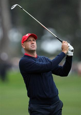 SAN FRANCISCO - OCTOBER 11:  Stewart Cink of the USA Team hits a shot on the first hole during the Final Round Singles Matches of The Presidents Cup at Harding Park Golf Course on October 11, 2009 in San Francisco, California.  (Photo by David Cannon/Getty Images)