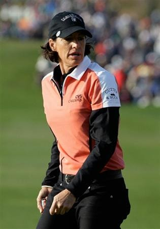 INCHEON, SOUTH KOREA - OCTOBER 31:  Juli Inkster of United States on the 18th hole Choi during the final round of the 2010 LPGA Hana Bank Championship at Sky 72 Golf Club on October 31, 2010 in Incheon, South Korea.  (Photo by Chung Sung-Jun/Getty Images)