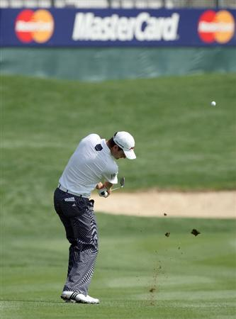 DUBAI, UNITED ARAB EMIRATES - JANUARY 29:  Justin Rose of England hits his third shot at the par 5, 13th hole during the first round of the 2009 Dubai Desert Classic on the Majilis Course at the Emirates Golf Club on January 29, 2009 in Dubai, United Arab Emirates  (Photo by David Cannon/Getty Images)