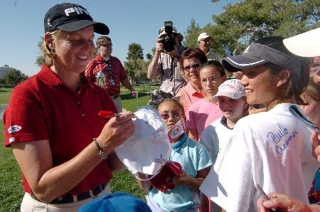 Wendy Ward signs autographs for fans on 18th green after winning the 2005 LPGA Takefuji Classic at the Las Vegas Country Club in Las Vegas, Nevada, April 16, 2005.Photo by Steve Grayson/WireImage.com