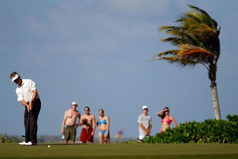 RIVIERA MAYA, MEXICO - FEBRUARY 27:  David Toms makes a putt for par on the 15th hole during the second round of the Mayakoba Golf Classic on February 27, 2009 at El Camaleon Golf Club in Riviera Maya, Mexico.   (Photo by Chris Graythen/Getty Images)