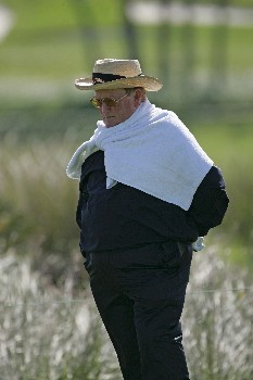 Bob Murphy uses a towel to help shield himself from the high winds during the final round of the 2005 Liberty Mutual Legends of Golf.  Sunday April 24, 2005Photo by Chris Condon/PGA TOUR/WireImage.com
