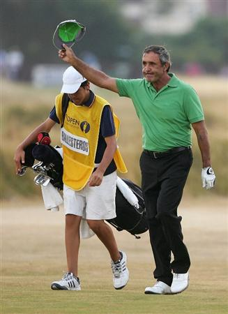 HOYLAKE, UNITED KINGDOM - JULY 21:  Seve Ballesteros of Spain acknowledges the crowd on the 18th green with his son and caddy Baldomero during the second round of The Open Championship at Royal Liverpool Golf Club on July 21, 2006 in Hoylake, England.  (Photo by Andrew Redington/Getty Images)