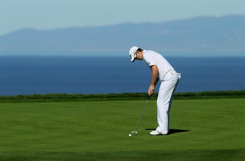 LA JOLLA, CA - JANUARY 27:  Justin Rose of England putts on the fourth hole during round one of the Farmers Insurance Open at Torrey Pines North Course on January 27, 2011 in La Jolla, California.  (Photo by Stephen Dunn/Getty Images)