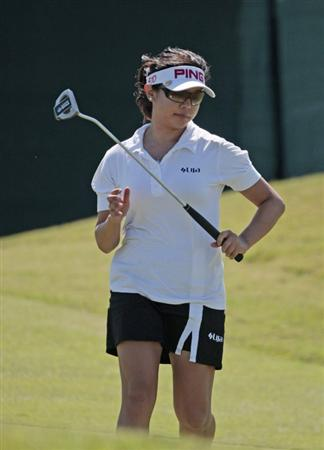 PRATTVILLE, AL - SEPTEMBER 25:   Jane Park watches her putt on the 18th hole during first round play in the Navistar LPGA Classic at the Robert Trent Jones Golf Trail at Capitol Hill on September 25, 2008 in  Prattville, Alabama. Park is tied for the lead at 7-under-par.  (Photo by Dave Martin/Getty Images)
