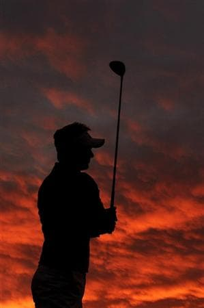 MARANA, AZ - FEBRUARY 26:  Luke Donald of England practices as the sun rises prior to the start of the quarterfinal round of the Accenture Match Play Championship at the Ritz-Carlton Golf Club on February 26, 2011 in Marana, Arizona.  (Photo by Stuart Franklin/Getty Images)