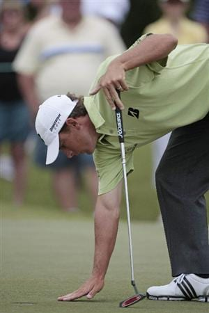 AVONDALE, LA - APRIL 26: Charles Howell III cleans the 1st green during the final round of the Zurich Classic at TPC Louisiana on April 26, 2009  in Avondale, Louisiana. (Photo by Dave Martin/Getty Images)