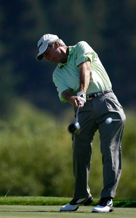 SUNRIVER, OR - AUGUST 20:  Ben Crenshaw tees off on the 4th hole during the first round of the Jeld-Wen Tradition on August 20, 2009 at Crosswater Club at Sunriver Resort in Sunriver, Oregon.  (Photo by Jonathan Ferrey/Getty Images)