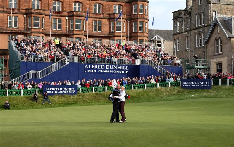 ST ANDREWS, SCOTLAND - OCTOBER 05:  Simon Dyson of England is congratulated by his caddie on the 18th green after victory at the The Alfred Dunhill Links Championship at The Old Course on October 5, 2009 in St.Andrews, Scotland.  (Photo by David Cannon/Getty Images)