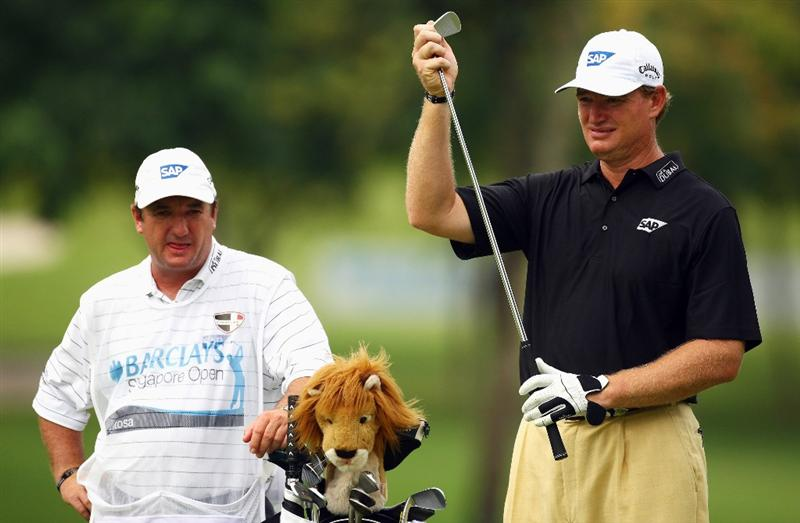 SINGAPORE - NOVEMBER 14:  Ernie Els of South Africa weighs up his next shot during the second round of the Barclays Singapore Open at Sentosa Golf Club on November 14, 2008 in Singapore.  (Photo by Ian Walton/Getty Images)