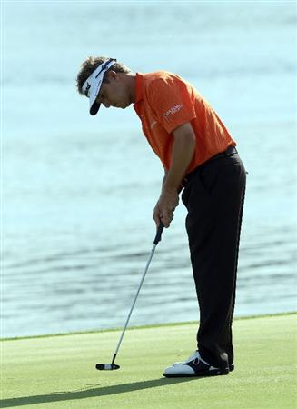 ORLANDO, FL - MARCH 26:  David Toms of the USA putts at the 6th hole during the first round of the Arnold Palmer Invitational Presented by Mastercard at the Bay Hill Club and Lodge on March 26, 2009 in Orlando, Florida  (Photo by David Cannon/Getty Images)