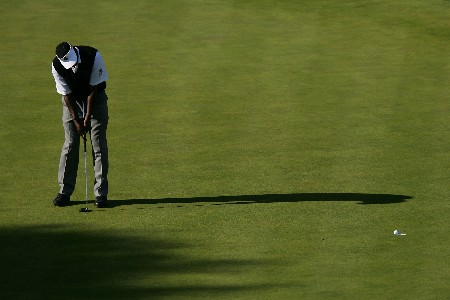 THOUSAND OAKS, CA - DECEMBER 16:  Vijay Singh of the Fiji Islands makes a birdie putt on the 15th hole during the final round of the Target World Challenge at the Sherwood Country Club on December 16, 2007 in Thousand Oaks, California.  (Photo by Robert Laberge/Getty Images)