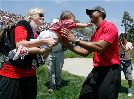 SAN DIEGO - JUNE 16:  Elin Nordegren Woods passes daughter Sam to Tiger Woods after Tiger won the playoff round of the 108th U.S. Open at the Torrey Pines Golf Course (South Course) on June 16, 2008 in San Diego, California.  (Photo by Jeff Gross/Getty Images)
