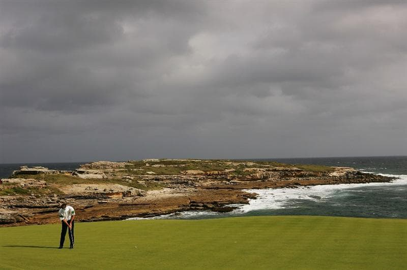 SYDNEY, AUSTRALIA - DECEMBER 04:  Stuart Appleby of Australia putts on the 6th hole during the second round of the 2009 Australian Open at New South Wales Golf Club on December 4, 2009 in Sydney, Australia.  (Photo by Matt King/Getty Images)
