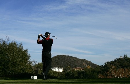 THOUSAND OAKS, CA - DECEMBER 16:  Tiger Woods makes a tee shot on the 17th hole during the final round of the Target World Challenge at the Sherwood Country Club on December 16, 2007 in Thousand Oaks, California.  (Photo by Robert Laberge/Getty Images)