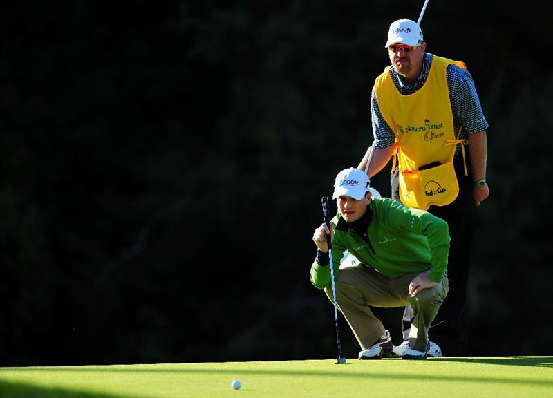 PACIFIC PALISADES, CA - FEBRUARY 19:  Zach Johnson of USA and caddie line up his putt on the 12th hole during the first round of the Northern Trust Open at the Riviera Country Club February 19, 2009 in Pacific Palisades, California.  (Photo by Stuart Franklin/Getty Images)