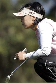 MOBILE, AL - NOVEMBER 8: Mi Hyun Kim of South Korea lines up her putt on the first green during first round play in The Mitchell Company LPGA Tournament of Champions at Magnolia Grove Golf Course November 8, 2007 in Mobile, Alabama.  (Photo by Dave Martin/Getty Images)