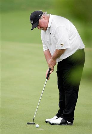 INCHEON, SOUTH KOREA - SEPTEMBER 10:  Craig Stadler of United States plays a putt  during day one of PGA Champions Tour - Posco E&C Songdo Championship at Jack Nicklaus Golf Club on September 10, 2010 in Incheon, South Korea.  (Photo by Chung Sung-Jun/Getty Images)
