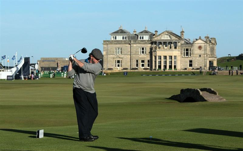 ST ANDREWS, SCOTLAND - OCTOBER 07:  Aidan Quinn of the USA the Irish American Hollywood actor on the 18th tee during the first round of The Alfred Dunhill Links Championship at The Old Course on October 7, 2010 in St Andrews, Scotland.  (Photo by David Cannon/Getty Images)