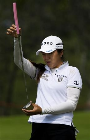CHON BURI, THAILAND - FEBRUARY 19:  Hur M.J. of South Korea lines up her put on the 10th green during round two of the Honda LPGA Thailand at the Siam Country Club on February 19, 2010 in Chon Buri, Thailand.  (Photo by Victor Fraile/Getty Images)