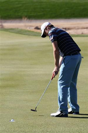 MARANA, AZ - FEBRUARY 24:  Nick Watney putts on the 18th hole during the second round of the Accenture Match Play Championship at the Ritz-Carlton Golf Club on February 24, 2011 in Marana, Arizona.  (Photo by Sam Greenwood/Getty Images)