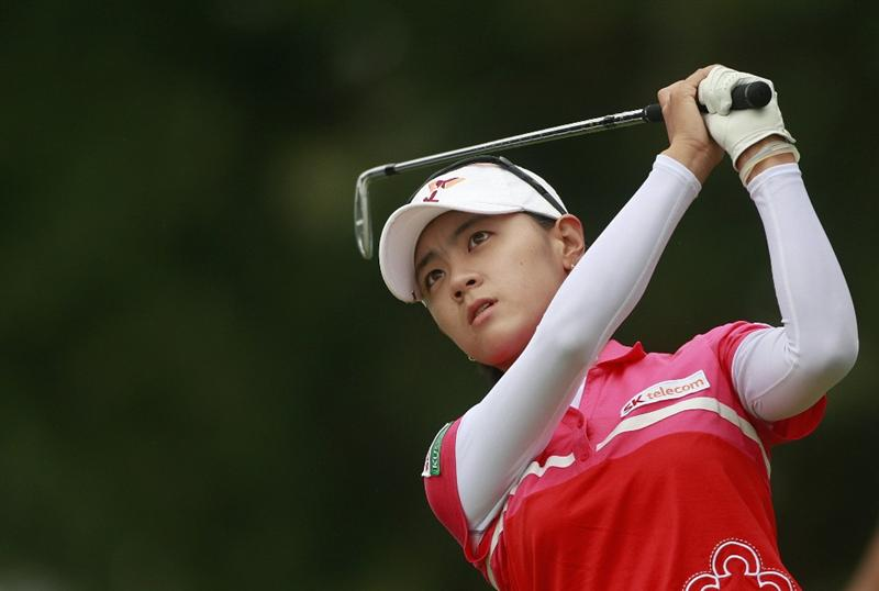 ROGERS, AR - SEPTEMBER 13: Na Yeon Choi of South Korea watches her tee shot on the third hole during final round play in the P&G Beauty NW Arkansas Championship at the Pinnacle Country Club on September 13, 2009 in Rogers, Arkansas.  (Photo by Dave Martin/Getty Images)