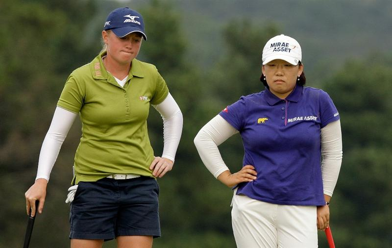 SHIMA, JAPAN - NOVEMBER 07:  Stacy Lewis of United States and Ji-Yai Shin of South Korea on the 18th hole during the final round of the Mizuno Classic at Kintetsu Kashikojima Country Club on November 7, 2010 in Shima, Japan.  (Photo by Chung Sung-Jun/Getty Images)